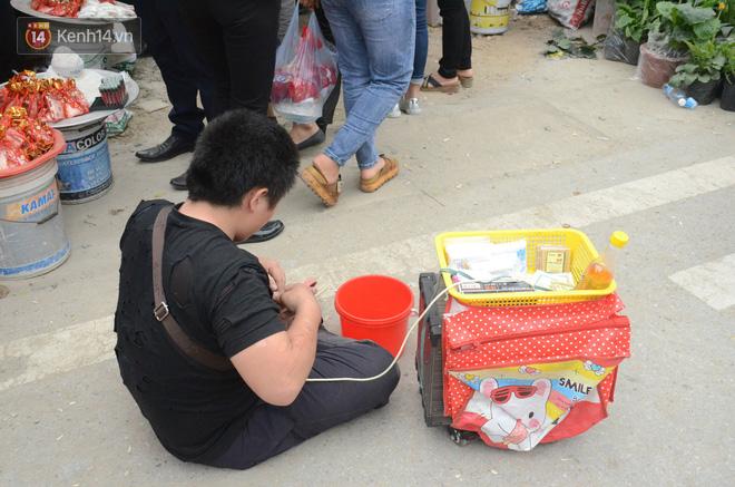 Bò, trườn, lê lết tại chợ Viềng, đội quân ăn xin, hát rong kiếm bộn tiền từ người dân - Ảnh 4.