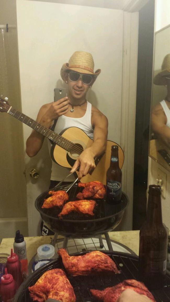Hãy nhấn like bức ảnh của tôi, tôi sẽ nướng cho bạn miếng gà giòn cay thật ngon.