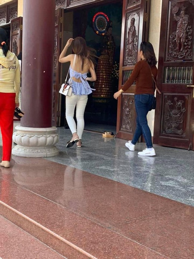 Đầu năm lên chùa lễ Phật, cô gái khiến ai cũng sốc vì mặc váy mỏng, hở cả tấm lưng trần - Ảnh 5.