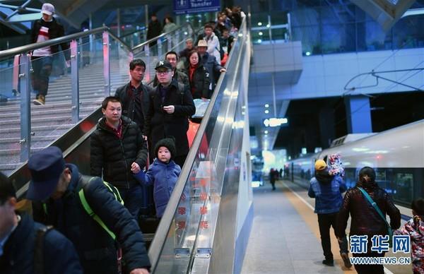Người dân Trung Quốc ùn ùn kéo nhau về thành phố sau đợt nghỉ Tết - Ảnh 5.
