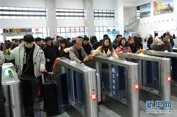 Người dân Trung Quốc ùn ùn kéo nhau về thành phố sau đợt nghỉ Tết - Ảnh 6.