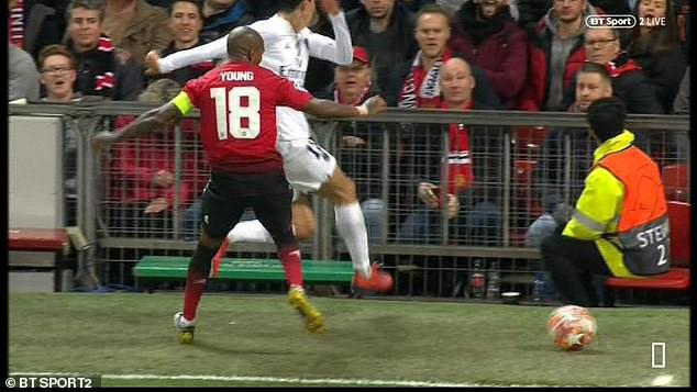 Bị fan MU ngược đãi và bị đội trưởng MU chơi xấu, ngôi sao PSG đáp trả bằng 2 pha kiến tạo đẳng cấp - Ảnh 1.