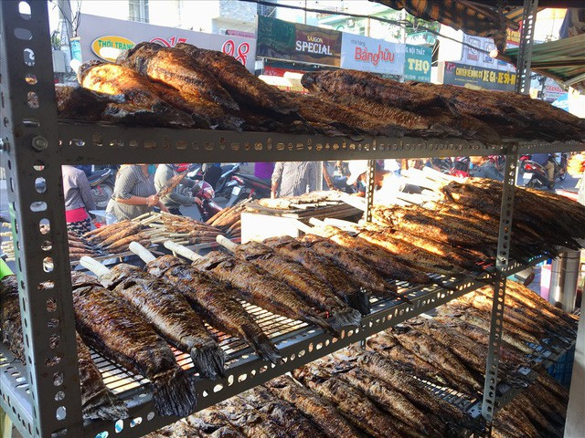 TPHCM: Đổ xô mua cá lóc nướng ngày vía Thần Tài - Ảnh 1.