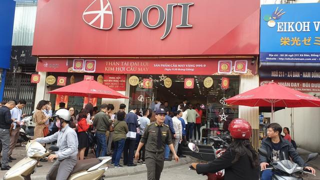Không khí tấp nập mua vàng Thần tài ở Hà Nội, Đà Nẵng, Tp. Hồ Chí Minh - Ảnh 1.