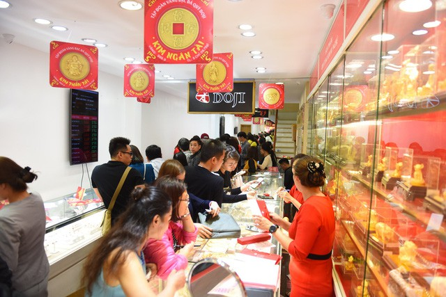 Không khí tấp nập mua vàng Thần tài ở Hà Nội, Đà Nẵng, Tp. Hồ Chí Minh - Ảnh 2.