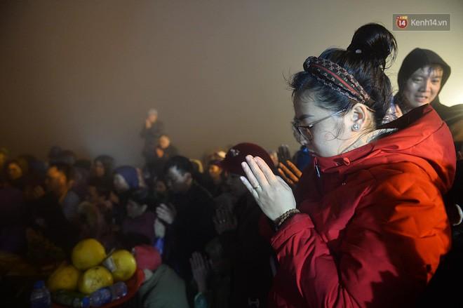 Hàng ngàn người dân đội mưa phùn trong giá rét, hành hương lên đỉnh Yên Tử trong đêm - Ảnh 18.