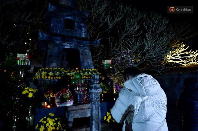 Hàng ngàn người dân đội mưa phùn trong giá rét, hành hương lên đỉnh Yên Tử trong đêm - Ảnh 19.