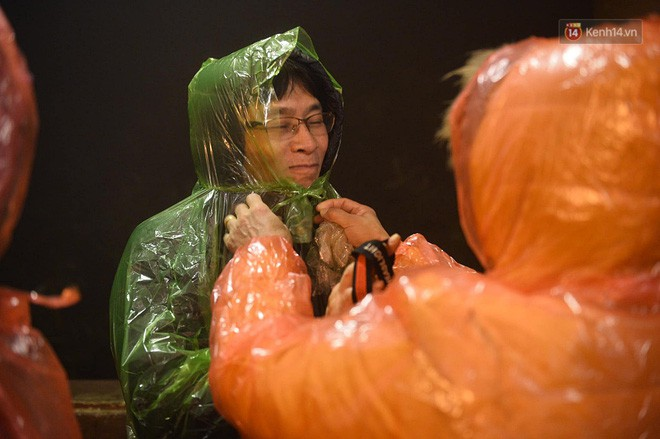 Hàng ngàn người dân đội mưa phùn trong giá rét, hành hương lên đỉnh Yên Tử trong đêm - Ảnh 5.