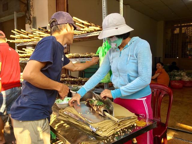 TPHCM: Đổ xô mua cá lóc nướng ngày vía Thần Tài - Ảnh 6.
