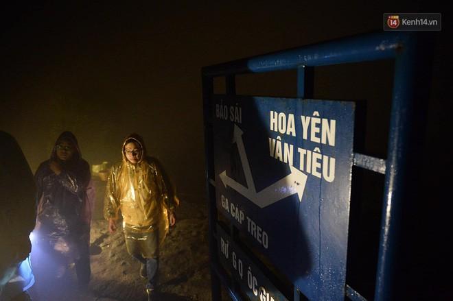 Hàng ngàn người dân đội mưa phùn trong giá rét, hành hương lên đỉnh Yên Tử trong đêm - Ảnh 7.