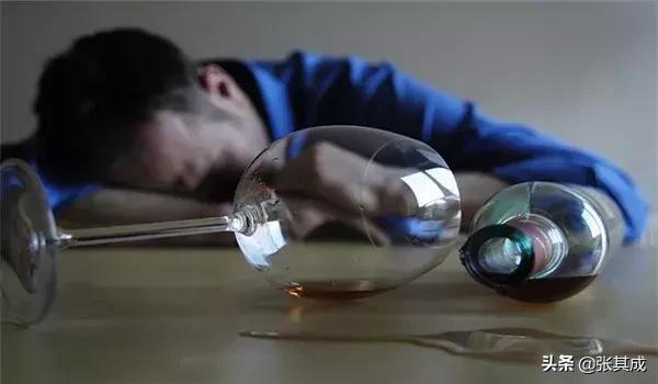 2 sai lầm khi giải rượu và 2 cách giảm nhẹ tác hại: Người uống rượu nên biết điều này sớm - Ảnh 1.