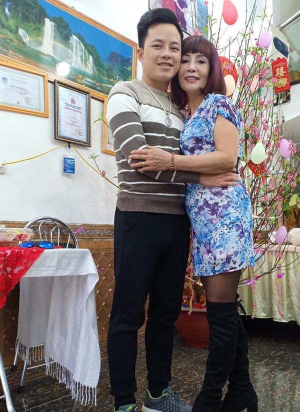 Vợ chồng cô dâu 62 tuổi lại diện áo đôi, khoe hình ảnh tình tứ như chưa hề có tin đồn ly hôn - ảnh 1