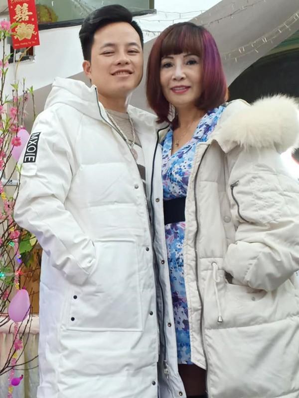 Vợ chồng cô dâu 62 tuổi lại diện áo đôi, khoe hình ảnh tình tứ như chưa hề có tin đồn ly hôn - ảnh 4