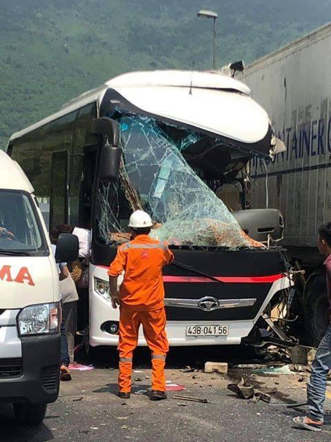 Ô tô chở du khách Hàn Quốc đối đầu xe  container trước cửa hầm Hải Vân, nhiều người nhập viện - Ảnh 1.