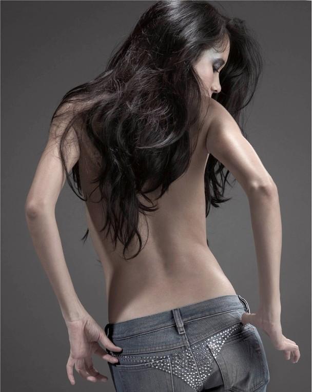 Khoe lưng trần gợi cảm, tình cũ Châu Tinh Trì U50 gây bão với thân hình còn nóng bỏng hơn 19 năm trước - Ảnh 6.