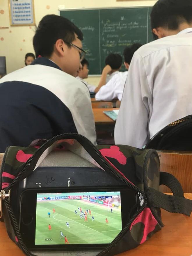 Học sinh và sinh viên thi nhau ngụy trang để cổ vũ Hà Nội FC đấu đội bóng Trung Quốc - Ảnh 1.