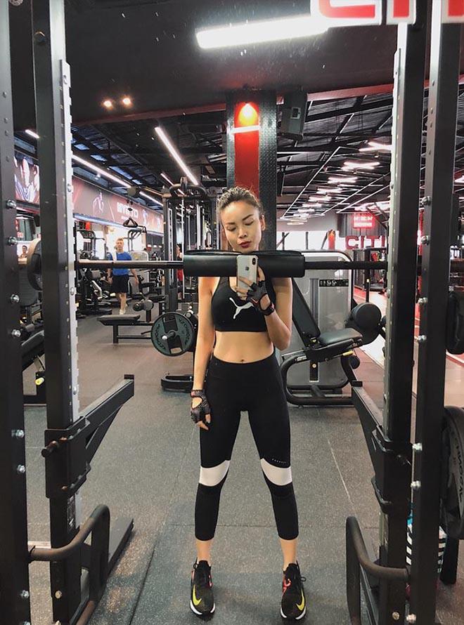 Yến Trang liên tục khoe ảnh bikini gợi cảm sau tin đồn yêu HLV gym kém 8 tuổi - Ảnh 4.