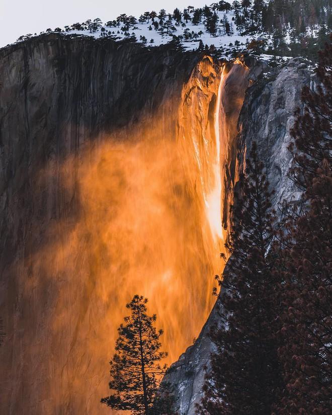 Hiện tượng thác lửa ở Mỹ khiến dân tình đổ xô đến chụp ảnh dù đường ngập tuyết tận hông - Ảnh 1.
