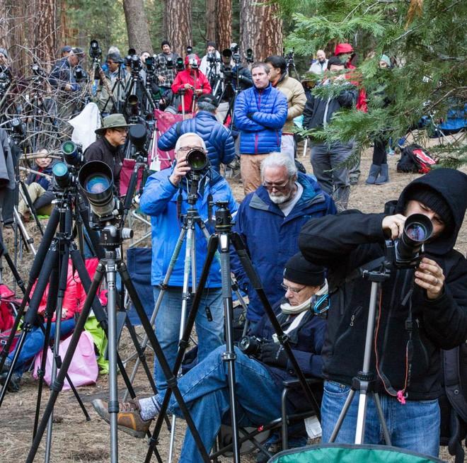 Hiện tượng thác lửa ở Mỹ khiến dân tình đổ xô đến chụp ảnh dù đường ngập tuyết tận hông - Ảnh 3.