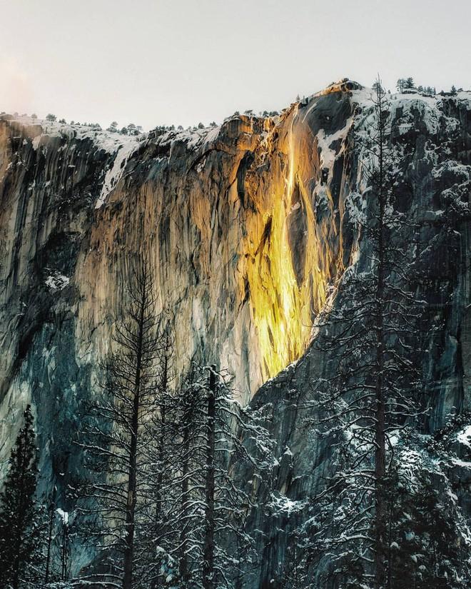 Hiện tượng thác lửa ở Mỹ khiến dân tình đổ xô đến chụp ảnh dù đường ngập tuyết tận hông - Ảnh 4.