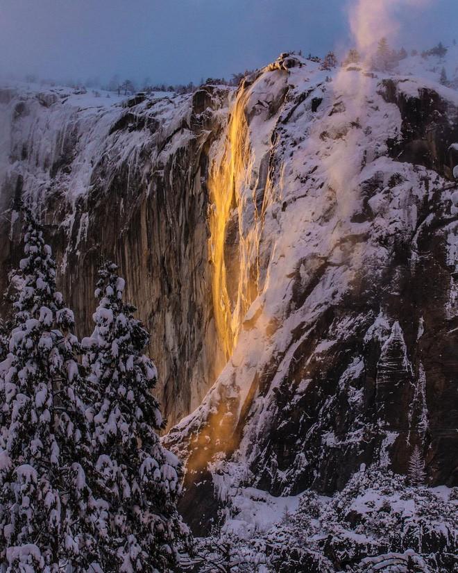 Hiện tượng thác lửa ở Mỹ khiến dân tình đổ xô đến chụp ảnh dù đường ngập tuyết tận hông - Ảnh 6.
