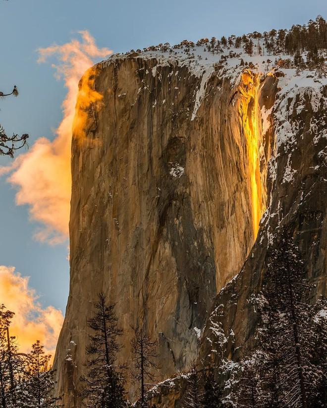 Hiện tượng thác lửa ở Mỹ khiến dân tình đổ xô đến chụp ảnh dù đường ngập tuyết tận hông - Ảnh 7.