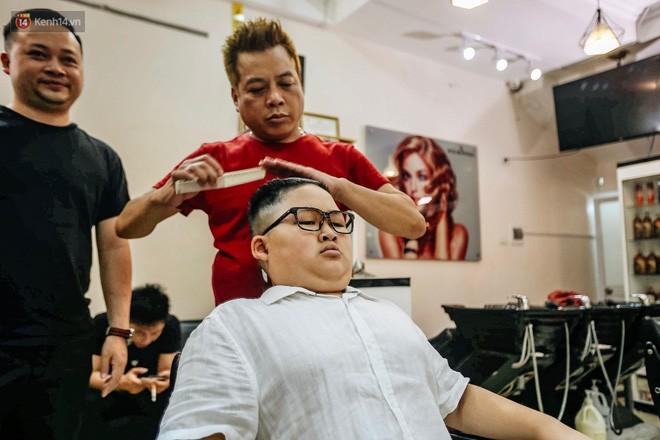 Người Hà Nội rủ nhau đi cắt miễn phí kiểu tóc giống Tổng thống Donald Trump và nhà lãnh đạo Kim Jong-un - Ảnh 11.