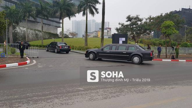 Siêu xe Quái thú của TT Trump về đến khách sạn sau khi dừng đổ xăng trên đường phố Hà Nội - Ảnh 1.