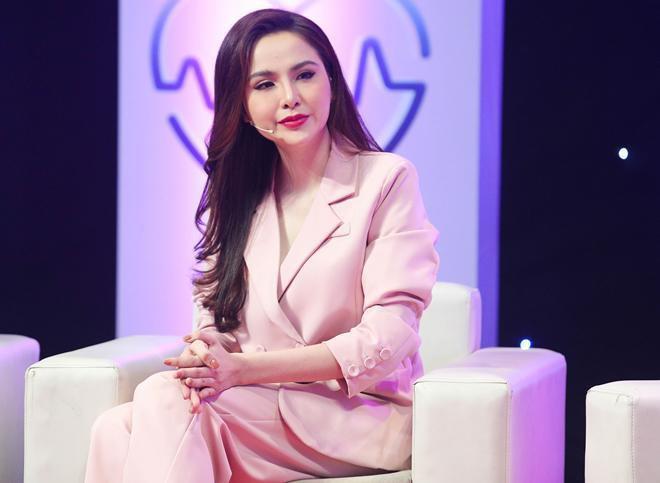 Hoa hậu Diễm Hương bật khóc: Sau 4 năm bị mẹ đẻ từ mặt, tôi đã được ăn cơm cùng gia đình - Ảnh 1.