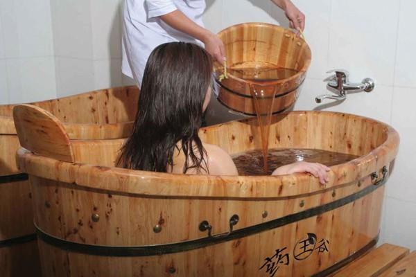 Ngâm, tắm thảo dược và sức khỏe - Ảnh 1.