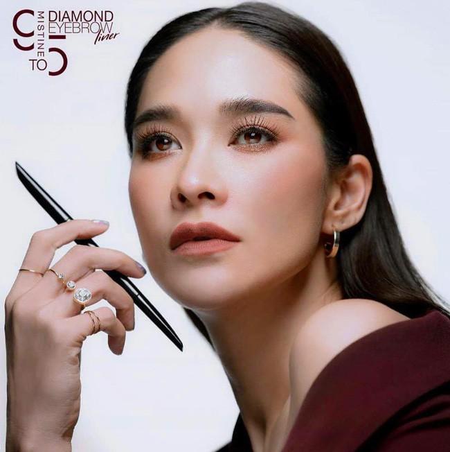 Những quý cô U40 cực phẩm của showbiz Thái: Đẹp, quyền lực, toàn yêu đại gia - ảnh 6