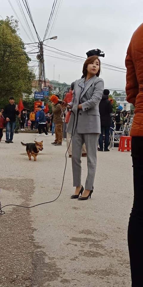 Tác nghiệp ở ga Đồng Đăng, nữ phóng viên Hàn Quốc xinh đẹp gây ấn tượng mạnh - Ảnh 3.