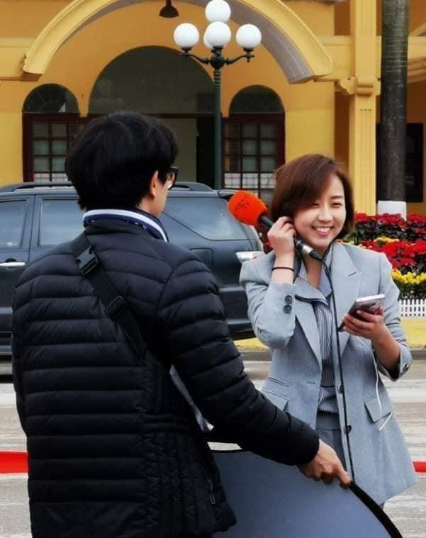 Tác nghiệp ở ga Đồng Đăng, nữ phóng viên Hàn Quốc xinh đẹp gây ấn tượng mạnh - Ảnh 1.