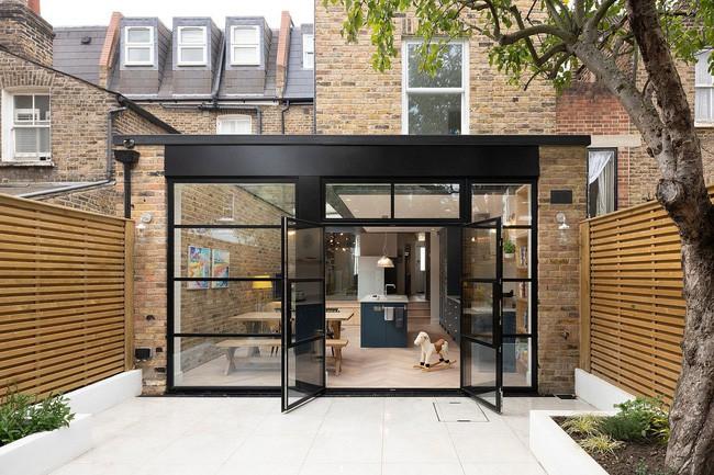 Chỉ với 3 vật liệu đơn giản, kiến trúc sư đã giúp ngôi nhà chật chội này có lối thoát tài tình - Ảnh 2.