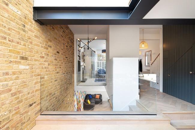 Chỉ với 3 vật liệu đơn giản, kiến trúc sư đã giúp ngôi nhà chật chội này có lối thoát tài tình - Ảnh 10.