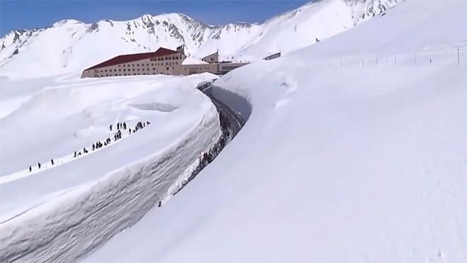 Tuyết phủ cao tới 17m, thung lũng quanh co ở Nhật được mệnh danh là The Wall đời thực - Ảnh 8.
