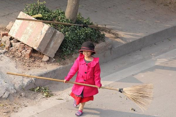 Sự thật sau bức ảnh cô bé giúp mẹ là công nhân vệ sinh đẩy xe rác ngày mùng 2 Tết khiến MXH ấm lòng - Ảnh 4.