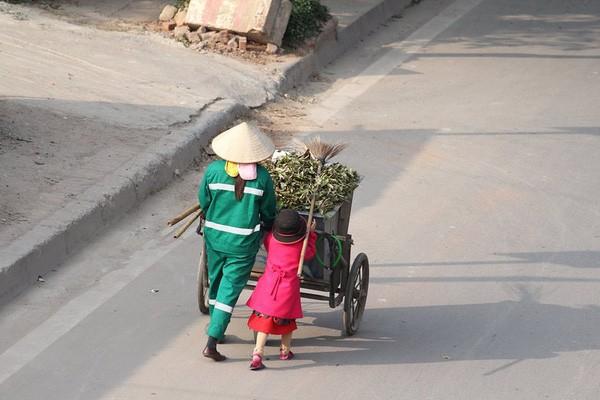 Sự thật sau bức ảnh cô bé giúp mẹ là công nhân vệ sinh đẩy xe rác ngày mùng 2 Tết khiến MXH ấm lòng - Ảnh 5.
