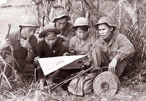 QĐNDVN bách chiến bách thắng: Bất ngờ với cách Bộ đội đón Tết giữa khói lửa chiến tranh - Ảnh 2.