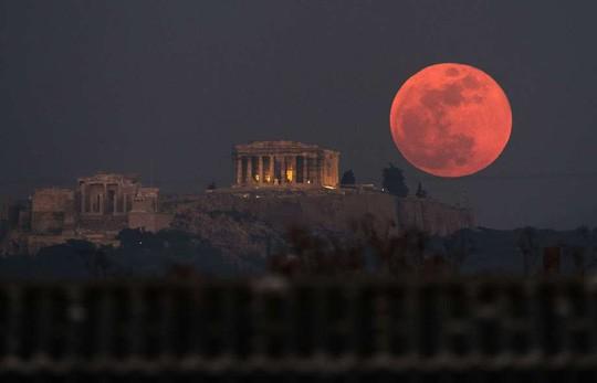 Trăng máu mọc trên điện Parthenon - ảnh: SFGate