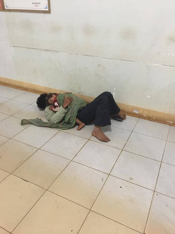 Bố ôm con trai nhỏ co ro nằm ngủ nơi hành lang bệnh viện đợi mẹ đi sinh - bức ảnh khiến bao người cảm động - Ảnh 1.