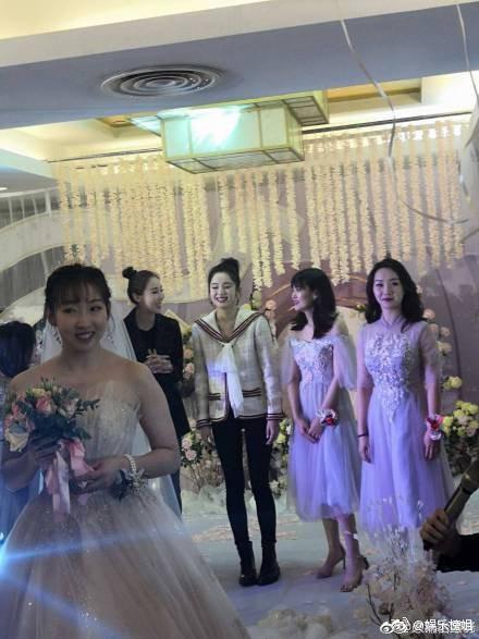 Mừng đám cưới bạn thân bằng điệu múa cây nhà lá vườn, Cổ Lực Na Trát chiếm trọn spotlight trên Weibo - Ảnh 2.