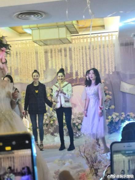 Mừng đám cưới bạn thân bằng điệu múa cây nhà lá vườn, Cổ Lực Na Trát chiếm trọn spotlight trên Weibo - Ảnh 3.
