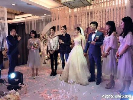 Mừng đám cưới bạn thân bằng điệu múa cây nhà lá vườn, Cổ Lực Na Trát chiếm trọn spotlight trên Weibo - Ảnh 4.