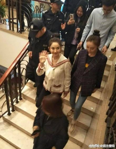 Mừng đám cưới bạn thân bằng điệu múa cây nhà lá vườn, Cổ Lực Na Trát chiếm trọn spotlight trên Weibo - Ảnh 6.