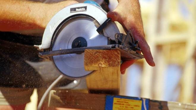 Người phụ nữ và đồng bọn dùng cưa cắt cụt tay lừa tiền bảo hiểm. (Ảnh minh họa: Illawarra Mercury)