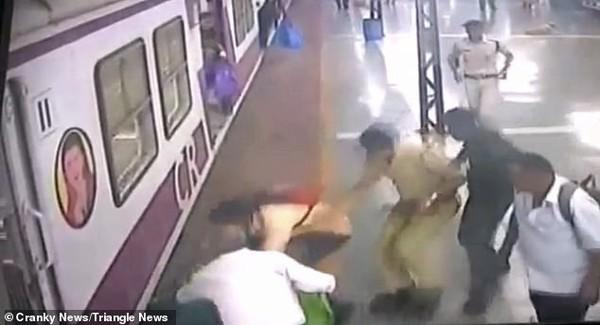 Những người trên sân ga nhanh chóng chạy tới giải cứu người phụ nữ.