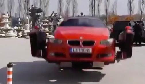 Kinh ngạc xe ô tô biến hình thành người máy trên phố - Ảnh 2.