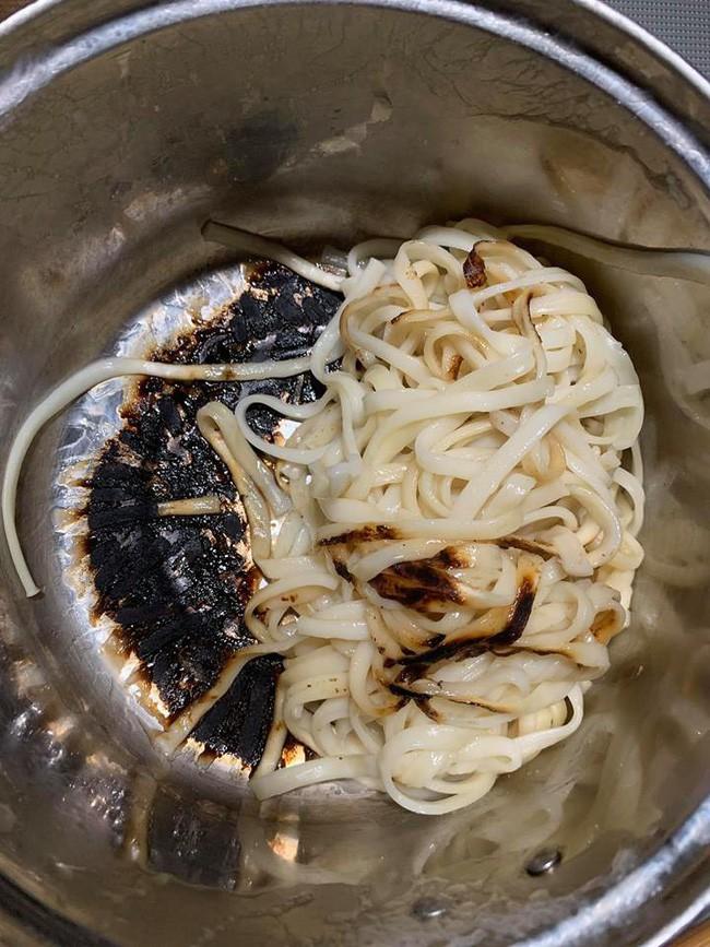 Trổ tài làm mỳ Ý cá hồi sang chảnh, cô nàng chăm chỉ nhận về phiên bản trời già bất công - Ảnh 2.