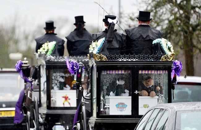 Đám tang ngập tràn hoa và gấu bông, có cả xe cảnh sát hộ tống, phía sau đó là một câu chuyện đau lòng của 4 đứa trẻ cùng chung một số phận - Ảnh 11.